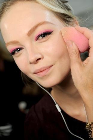 Макияж для блондинок с серо-голубыми глазами, макияж глаз в розовых тонах