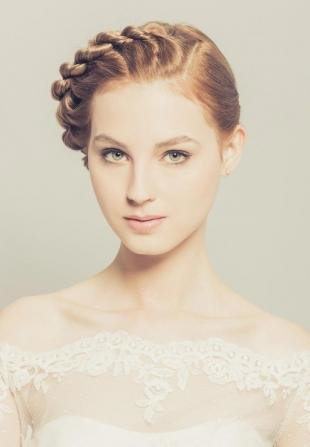 Медово русый цвет волос, свадебная прическа с косой для средних волос