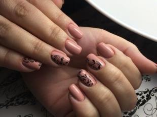 Кружевные рисунки на ногтях, бежевый маникюр с черным узором