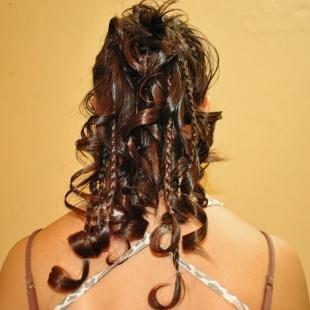 """Шоколадный цвет волос, прическа высокий """"конский хвост"""" с косичками и локонами"""