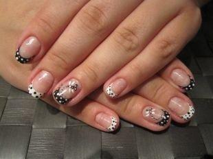 Рисунки акриловыми красками на ногтях, черно-белый френч в горошек со стрекозой