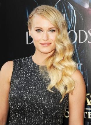 Цвет волос золотистый блонд, прическа с локонами на одну сторону