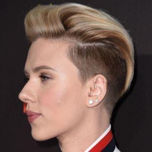 Бежевый цвет волос, короткая стрижка с выбритыми висками