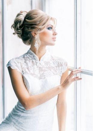 Холодно бежевый цвет волос, свадебная прическа с кудрями и выпущенными прядями