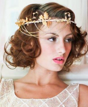 Коньячный цвет волос, кудрявая свадебная прическа на средние волосы с цепочками