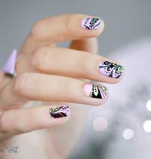 Абстрактные рисунки на ногтях, интересный светлый маникюр с узором на коротких ногтях