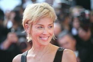 Цвет волос платиновый блондин, короткие стрижки для женщин после 40 лет с овальным лицом