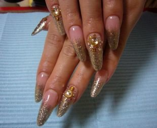 Золотой френч, эффектный дизайн нарощенных ногтей с камнями и блестками