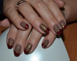 Рисунки золотом на ногтях, коричневый френч с золотыми полосками
