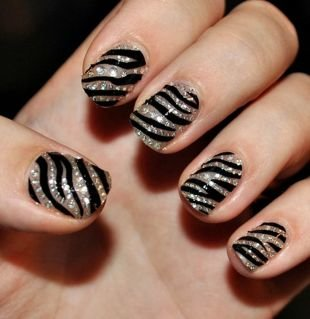 Черные рисунки на ногтях, маникюр-зебра со стразами