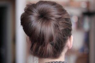 Пепельно каштановый цвет волос, деловая прическа на длинные волосы - гладкий пучок на макушке