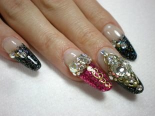 Комбинированный маникюр, блестящий дизайн нарощенных ногтей с объемным декором