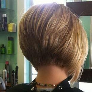 Прически для круглого лица на короткие волосы, короткий боб на ножке для круглого лица