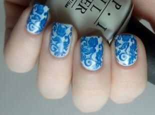 Летний маникюр на коротких ногтях, белый маникюр с синим орнаментом