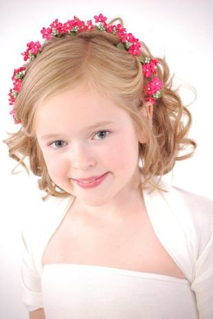 Прически для девочек на средние волосы, детская прическа на выпускной с цветочным ободком