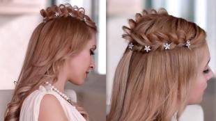 Цвет волос медный блондин, прическа на длинные волосы с косой-короной