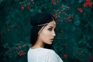 Греческие прически на длинные волосы, греческая прическа с повязкой, украшенной камнями