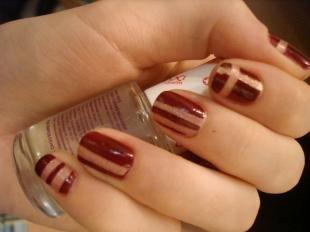 Коричневый маникюр, темно-красный дизайн ногтей с помощью скотча