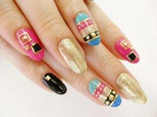 Маникюр на Новый год, оригинальный дизайн из золотой фольги на нарощенных ногтях