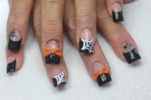 Дизайн нарощенных ногтей, черный френч с пауками и паутиной