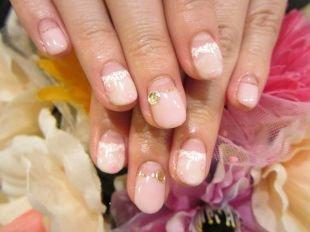 Бежевый маникюр, французский маникюр (френч) на коротких ногтях со стразами в пастельных тонах