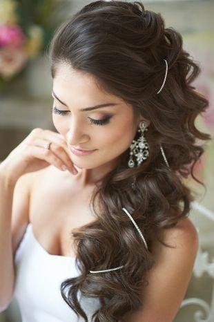 Шоколадный цвет волос, романтическая свадебная прическа на длинные волосы