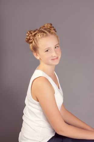 Медовый цвет волос, прическа для девочек - два высоких пучка из кос