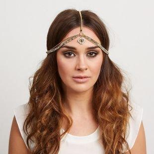 Прически на выпускной на длинные волосы, причёска с распущенными волосами и украшением в индийском стиле