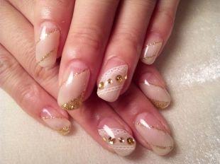 Рисунки на свадьбу на ногтях, косой свадебный маникюр с узорами и стразами