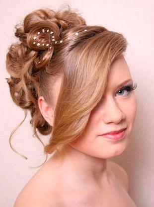Карамельно русый цвет волос, красивая прическа для выпускницы