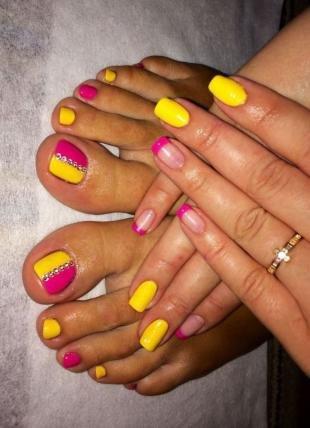 Радужный френч цветными гелями, удачная комбинация летнего педикюра и маникюра