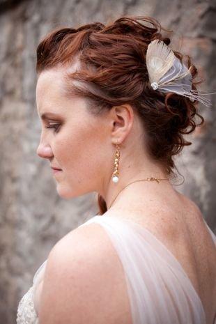 Красно каштановый цвет волос, свадебная прическа с подобранными волосами