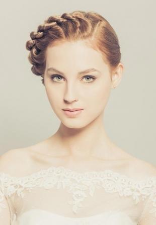 Карамельно русый цвет волос, свадебная прическа с косой для средних волос