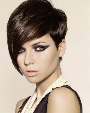 Модные женские прически на короткие волосы, стрижка прическа каре - косая челка