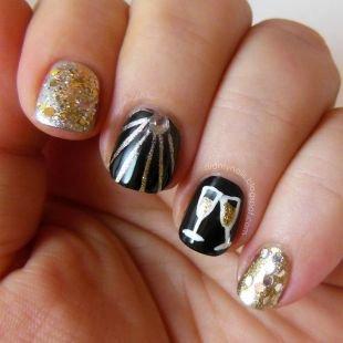 Рисунки фольгой на ногтях, праздничный маникюр с блестками и стразами на коротких ногтях