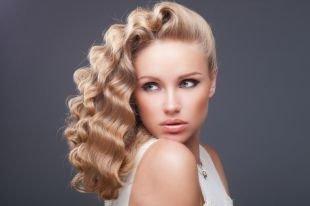 Светло карамельный цвет волос, гламурная укладка на длинные волосы - голливудские локоны