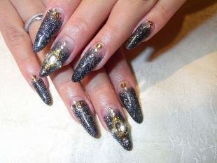 """Черный дизайн ногтей, """"перевернутый"""" френч с золотистыми украшениями"""