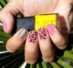 Современные рисунки на ногтях, стильный розовый маникбр с блестками и рисунками бананов на коротких ногтях