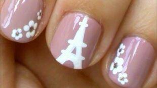 Рисунки на маленьких ногтях, телесный маникюр с цветочками и рисунком эйфелевой башни