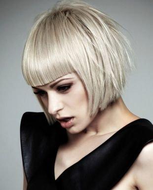 Жемчужно пепельный цвет волос на средние волосы, короткий боб с прямой челкой