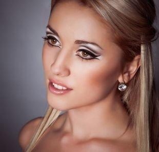 Белый макияж, макияж для фотосессии с узорными стрелками