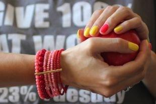 Простой дизайн ногтей, маникюр по фен-шуй в красно-желтой гамме