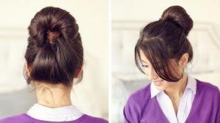 Коричневый цвет волос, простая школьная прическа - объемный пучок