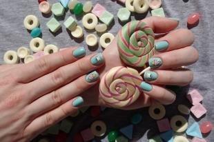 Летний маникюр на коротких ногтях, маникюр с наклейками на день рождения