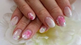 Светлый маникюр, свадебный маникюр с розовыми цветками и стразами