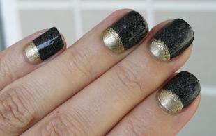 Маникюр на широкие ногти, лунный золотисто-черный маникюр на коротких ногтях