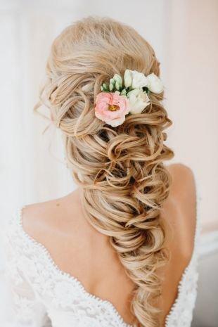 Свадебные прически с цветами, свадебная прическа на полураспущенные волосы с цветком
