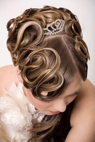 Натурально русый цвет волос, очаровательная свадебная прическа