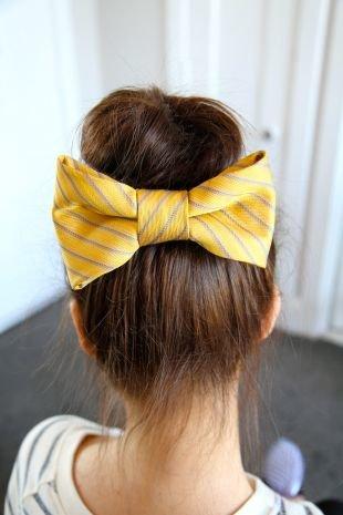 Кофейный цвет волос, высокая новогодняя прическа с желтым бантом