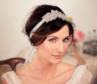 Красно каштановый цвет волос, свадебная прическа с красивым ободком
